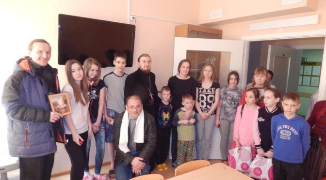 прихожане храма и дети Воскресной школы поздравили болящих